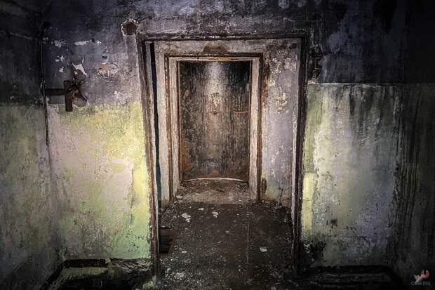 Закрытая бронированная дверь.