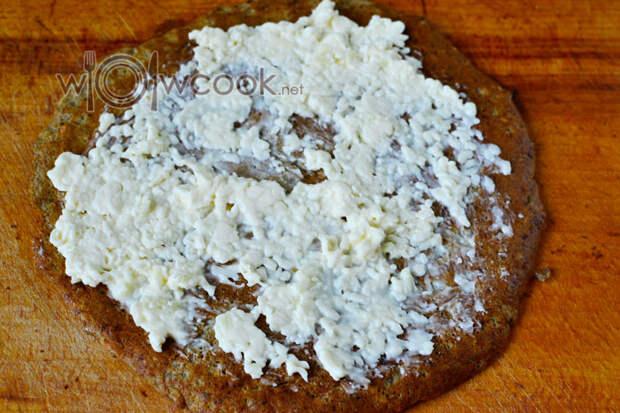 Смазываем сырной массой блин