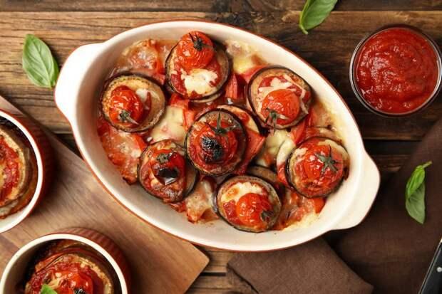 Запеченные баклажаны с томатами и перцем