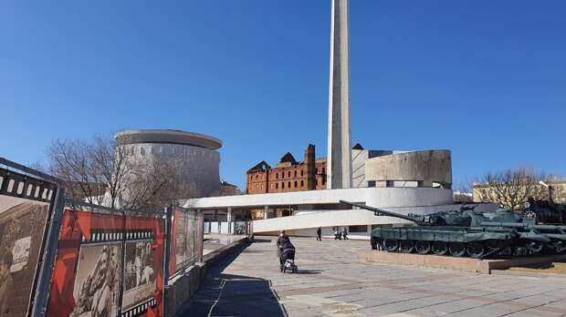 """Здание мельницы Герхардта осталось без изменения, а вот рядом появились постройки музея-заповедника """"Сталинградская битва""""."""