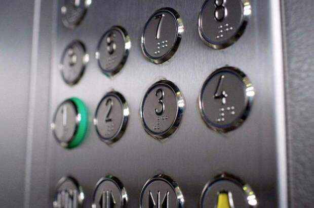 Копку вызова лифта на проспекте Защитников Москвы починили