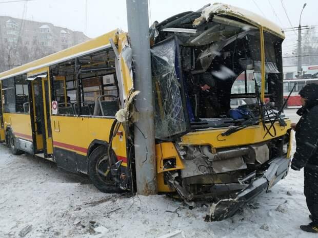 Автобус врезался в столб в Ижевске: 4 человека пострадали