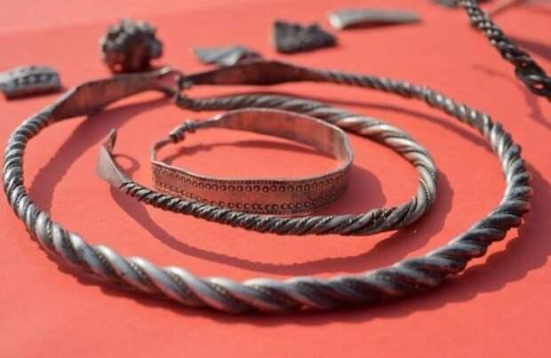 Клад эпохи викингов нашли в Балтийском море на острове Рюген (9 фото)