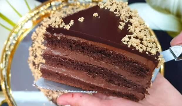 На сковороде торт Прага классический по ГОСТу. Легендарный шоколадный торт