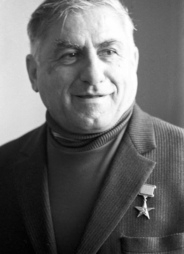 На фото: Матевосян со звездой Героя Соцтруда