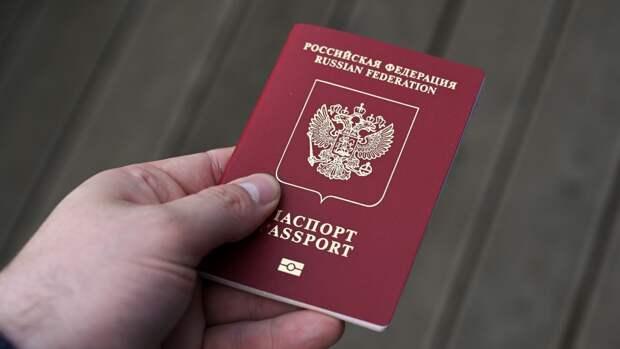 Губернатор Петербурга лично вручил молодым горожанам первые паспорта
