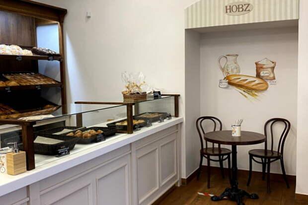 На Невском проспекте открыли пекарню Hobz. Там делают ремесленный хлеб, выпечку и десерты, а еще в меню есть завтраки и обеды