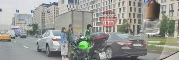 На Новой Башиловке мотоциклист догнал «Тойоту»