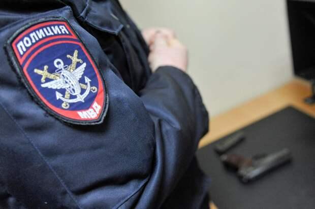 На Беломорской неизвестный с пистолетом отнял у таксиста сумку с деньгами