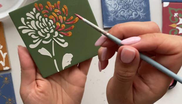Соединив обычную керамическую плитку с зеркалом, вы удивите всех гостей