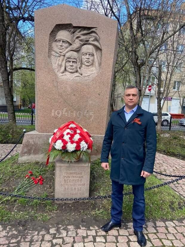Дмитрий Захаров у памятника в Сходненском сквере. Фото: управа района Южное Тушино