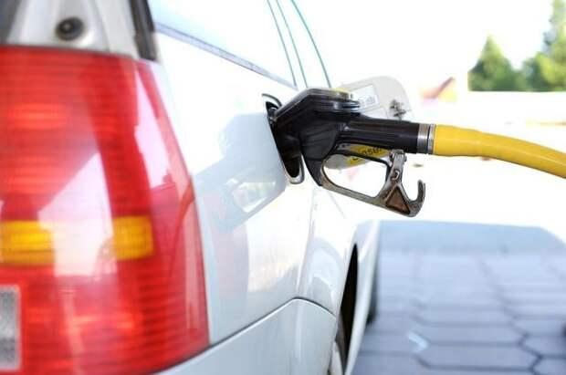 Кабмин обязал нефтяников продавать независимым АЗС топливо через биржу