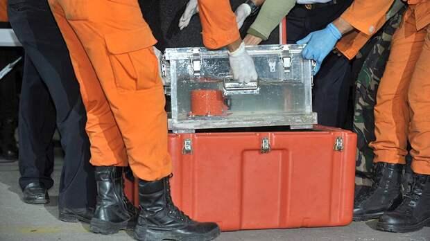 Бортовой самописец самолета Boeing 737 MAX авиакомпании Lion Air, найденный на месте катастрофы в Яванском море