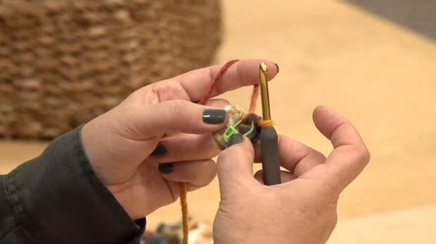 Простые в исполнении и оригинальные шарф и шапки на основе обычной цепочки крючком