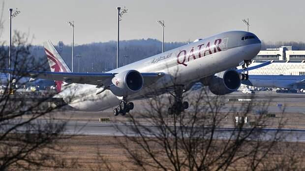 Boeing 777-300 Катарских авиалиний взлетает в аэропорту Мюнхена