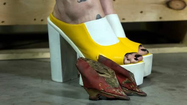 Обычные женские ноги по сравнению с китайской туфелькой для ножек-лотосов / Фото: s.zefirka.net