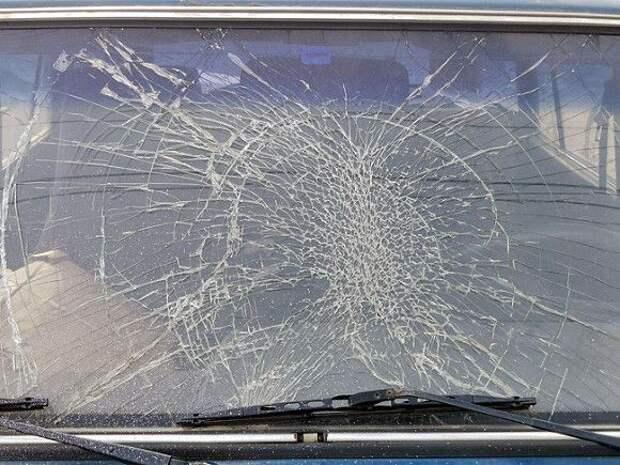 В Петербурге автомобиль на полной скорости врезался в бетонные ограждения