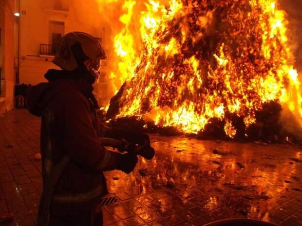 В нежилом здании на Авиамоторной улице горел утеплитель