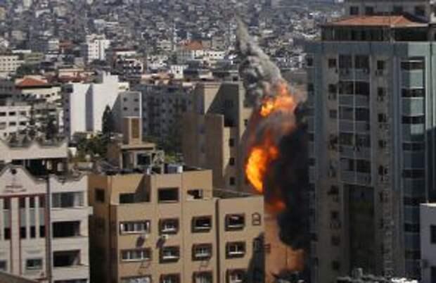 На фото: израильский авиаудар попал в высотное здание, в котором размещались офисы Associated Press в городе Газа, в субботу, 14 мая 2021 года