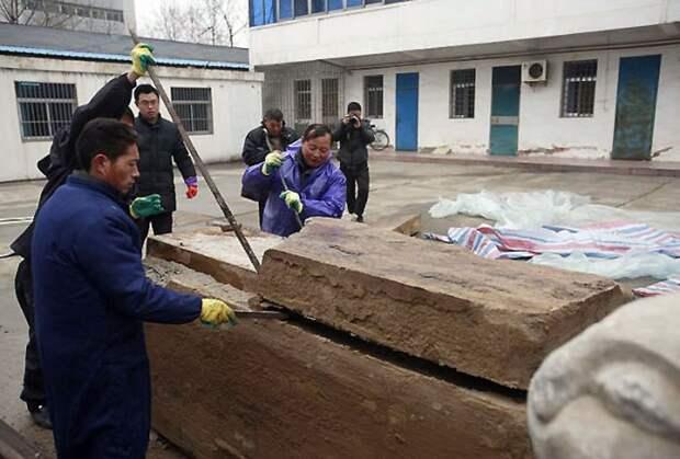 Рабочие нашли под землей странную коробку возрастом несколько тысяч лет