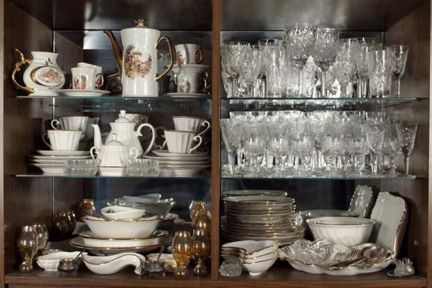 Разбирала вещи после ухода бабушки и нашла целый шкаф советской посуды, а теперь не знаю, куда ее пристроить