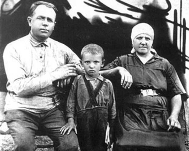 Миша Горбачев с дедом председателем колхоза «Красный Октябрь» Пантелеем Гопкало  и бабушкой Василисой Гопкало