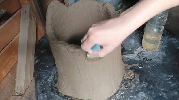 Пенёк-вазон из сетки и цемента, совсем как настоящий