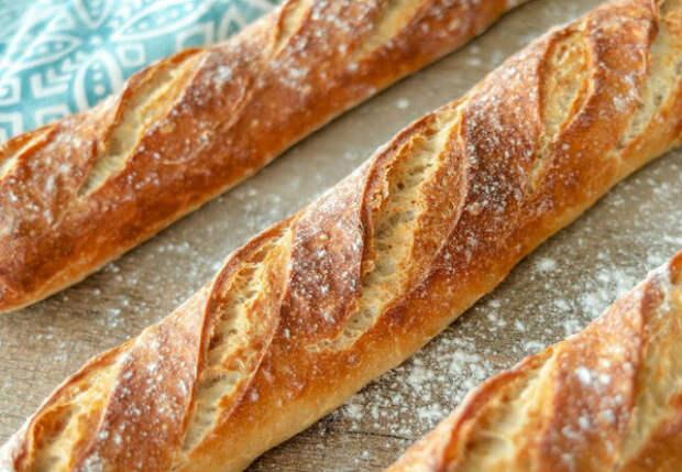 Печем французский багет из обычного теста: хлеб на столе за 40 минут