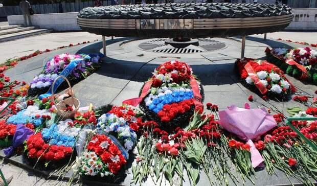В Орске возложили цветы к Вечному огню в Сквере Славы