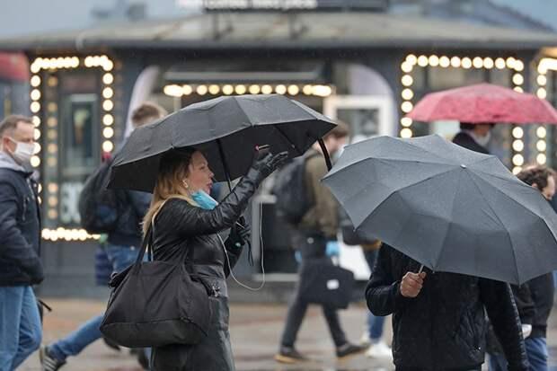 «Ветер и 20 миллиметров осадков»: непогода в Москве сохранится до конца суток