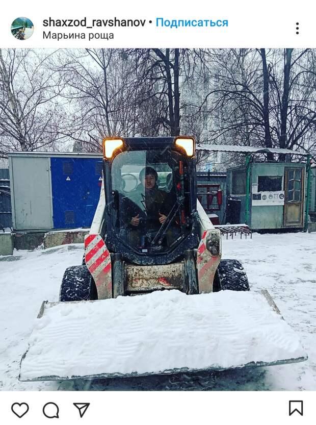 Фото дня: в Марьиной роще приступили к уборке снега