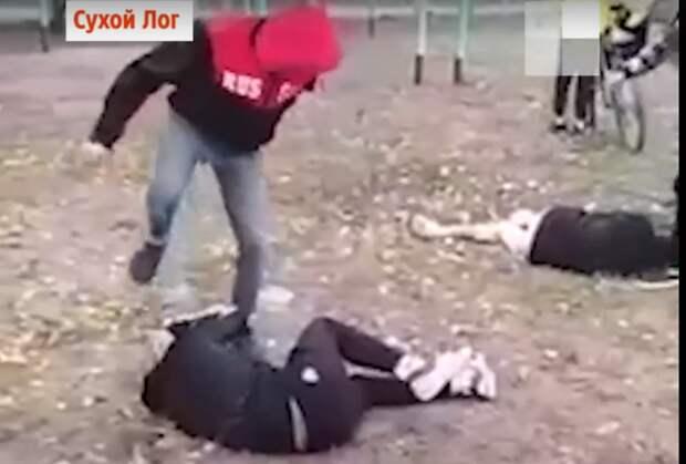 В Свердловской области компания подростков избила двух ребят и сняла всё на видео