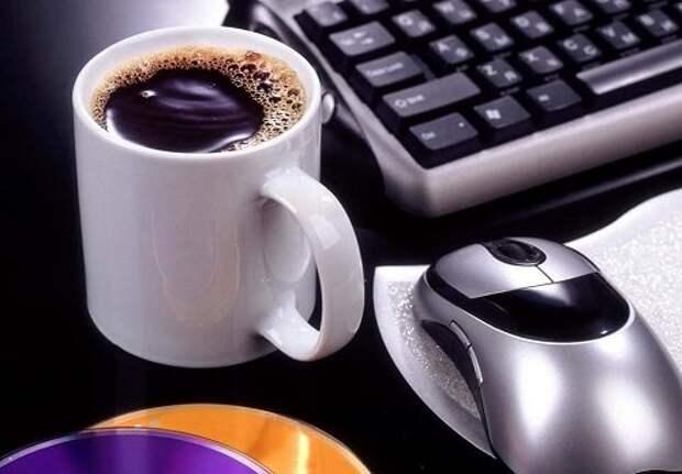 кофе возле компьютера