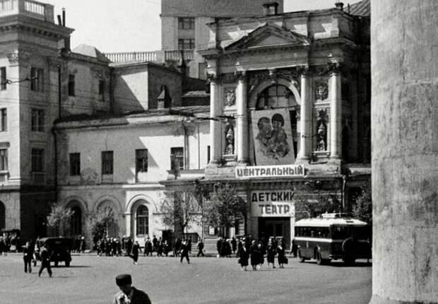 Изображение Сталина и Энгельсины над входом в Центральный детский театр в Москве. Фото: pastvu.com