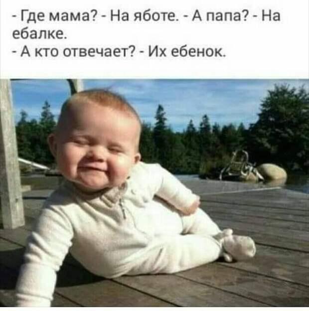 Женщина играет с годовалым малышом в детской комнате, и вслух ему завидует...