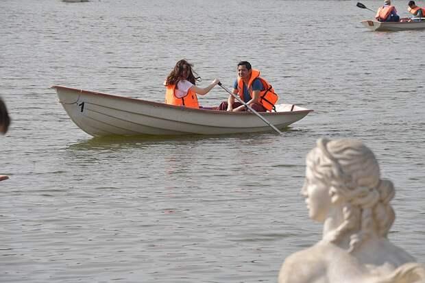 Водные прогулки в живописных местах Москвы: в шести парках открылись лодочные станции
