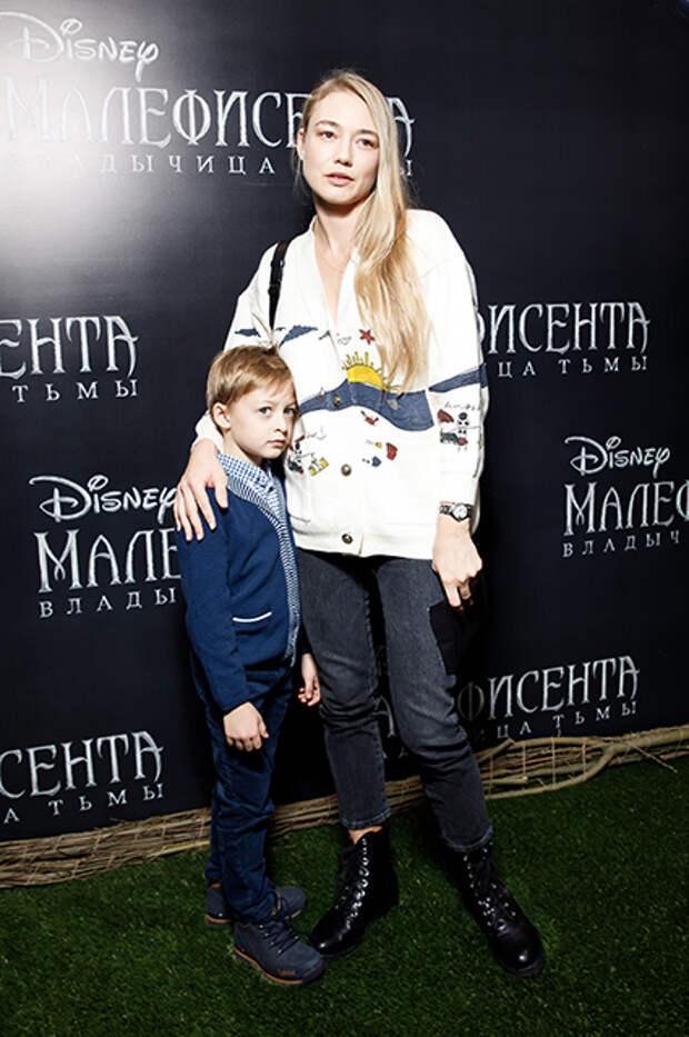 Оксана Акиньшина с сыном Константином