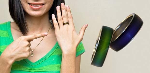 девушка показывает на кольцо на пальце