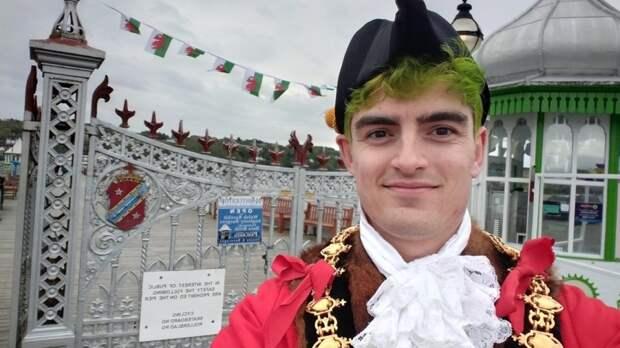 Гендерно-нейтральный человек занял пост мэра в британском Уэльсе