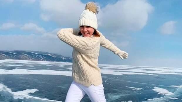 Слуцкая прокатилась наконьках польду Байкала инарисовала нанем узор: видео