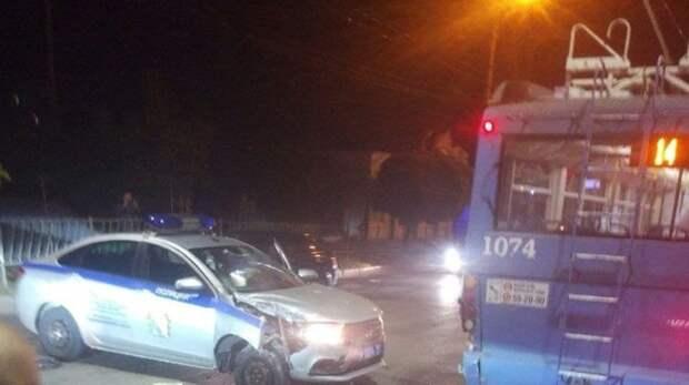 Троллейбус столкнулся с полицейской машиной в Севастополе