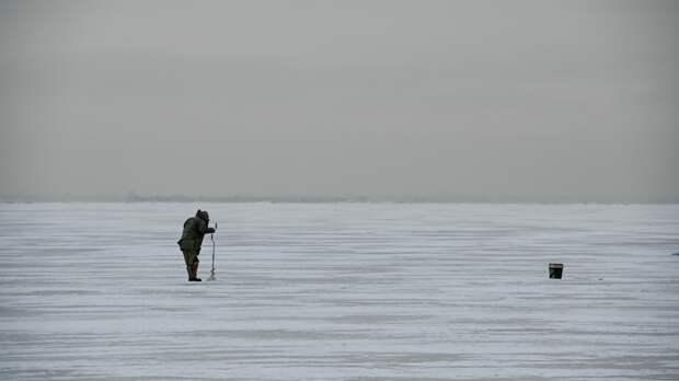 МЧС сняло со льдины двух рыбаков на Сахалине