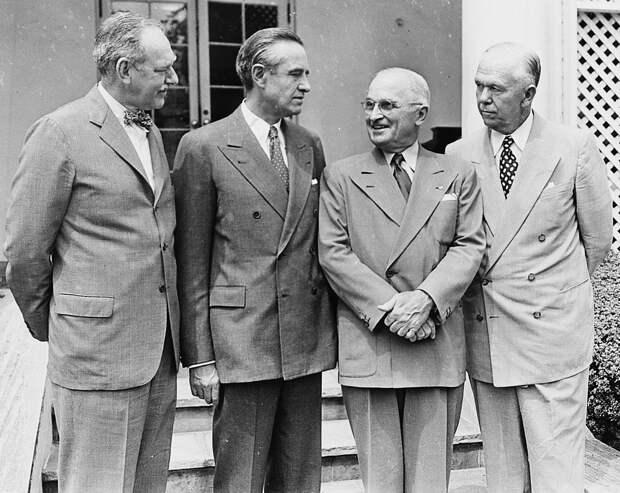 Слева направо: госсекретарь Дин Эчисон, специальный советник при президенте Аверелл Гарриман, президент США Гарри Трумэн и министр обороны Джордж Маршалл у Белого дома в 1951 году.