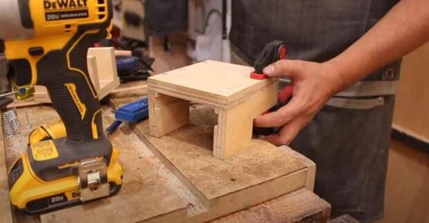 Как сделать ручную машинку для фрезерования отверстий в дереве (под шканты)