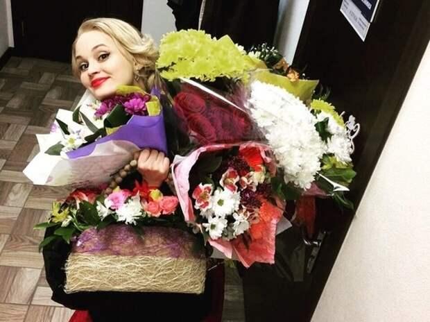 валентина гениальная с букетами цветов