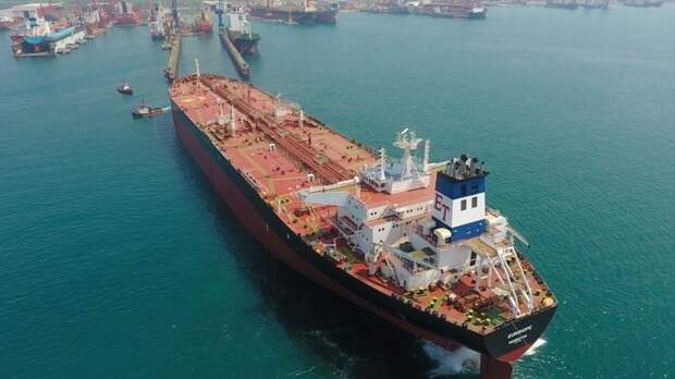 В Сирии около побережья Банияс взорвался нефтяной танкер