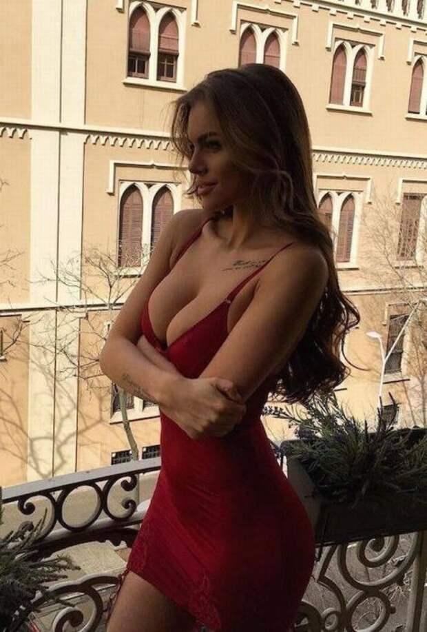 Красивые девушки в облегающих платьях
