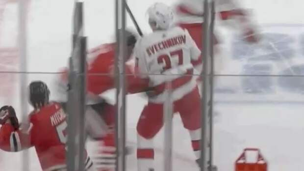 Уложил с одного удара. Русский хоккеист Свечников опрокинул соперника на лед мощным силовым приемом: видео