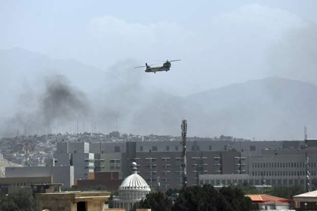 """На фото: американский военный вертолет """"Чинук"""" летает над Кабулом, который начали окружать сторонники радикального движения """"Талибан"""" * (запрещено в РФ)"""