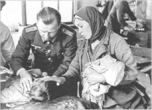 Немецкий военный врач осматривает больного ребенка. Орловская область, 1942 год.